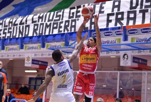 Basket, VL Pesaro e Robinson sempre più lontani