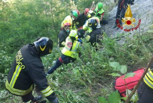 Sassocorvaro, cade per 50 metri nel dirupo: donna portata in eliambulanza ad Ancona