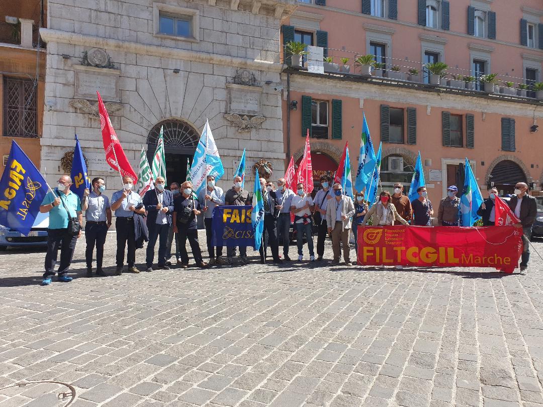 Lo sciopero degli autoferrotranvieri davanti alla sede della Prefettura di Ancona