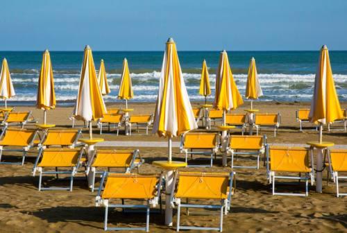 Pesaro, vandali in spiaggia tagliano lettini. A Villa Fastiggi due cassonetti dati alle fiamme