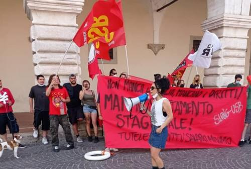 I lavoratori stagionali in piazza a Pesaro: «Proposte a 2 euro l'ora e turni infiniti, non ci stiamo»