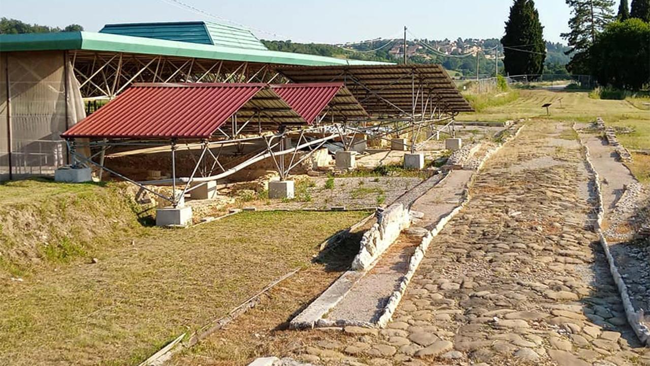 Nuova campagna di scavi archeologici nell'area della città romana di Suasa: in foto la struttura a protezione di una villa nobiliare e un'antica strada a Castelleone di Suasa