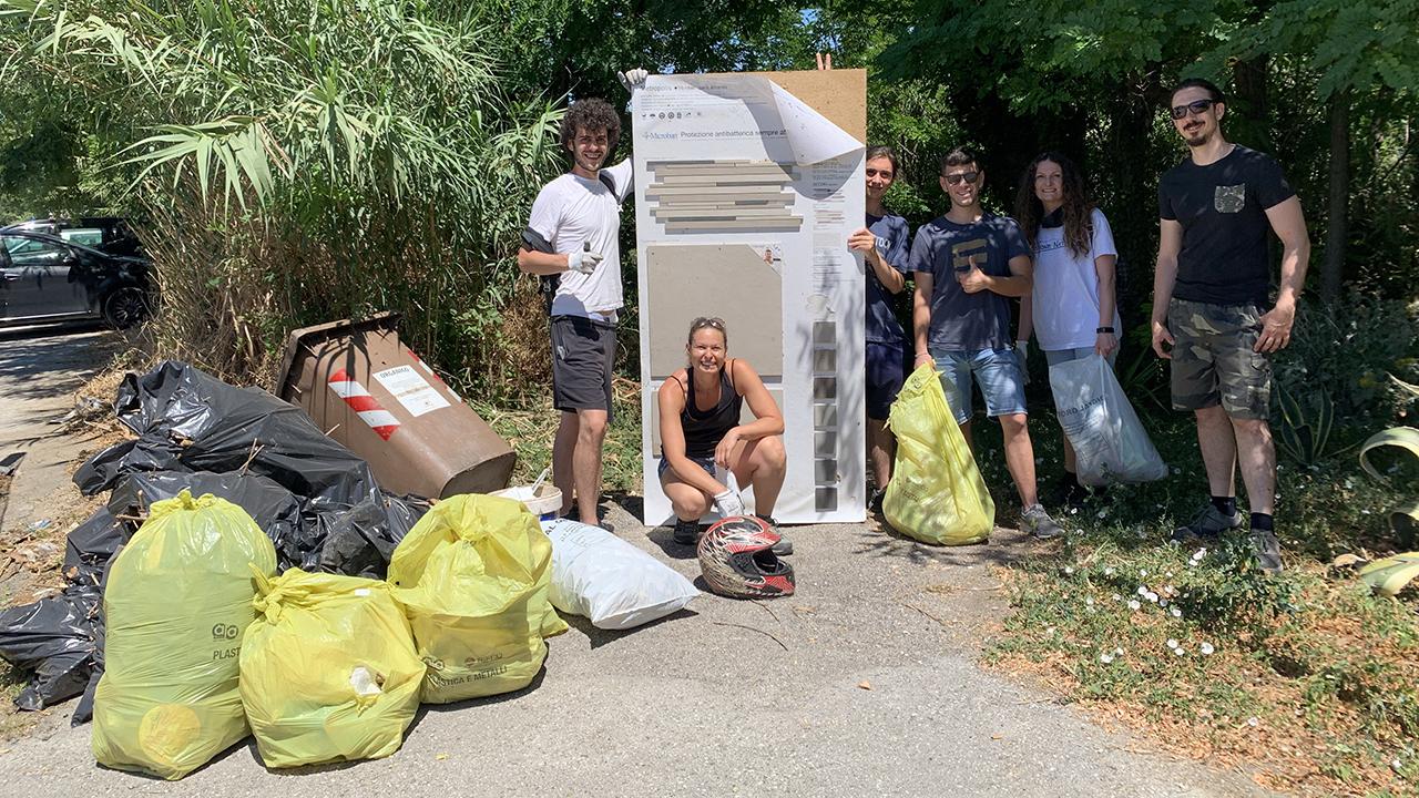 I volontari di Questione Natura hanno riempito sette sacchi di rifiuti liberando il sentiero degli aironi a Senigallia