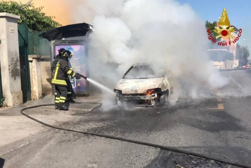 Palombina Nuova, auto avvolta dalle fiamme. Illesa la conducente