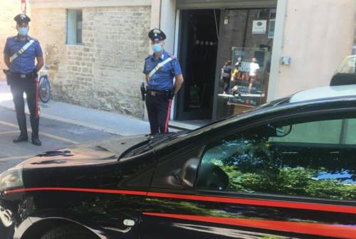 Fano, 36enne dà in escandescenza in centro ed aggredisce anche i Carabinieri: arrestato