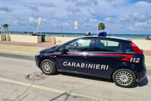 Marotta, 25enne dà in escandescenza e aggredisce venditori ambulanti e carabinieri: arrestato
