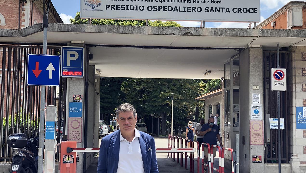 Il sindaco Seri davanti all'ospedale di Fano