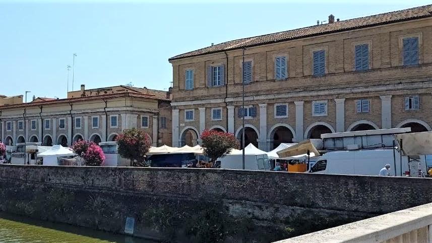 Il mercato a Senigallia, bancarelle lungo il fiume Misa