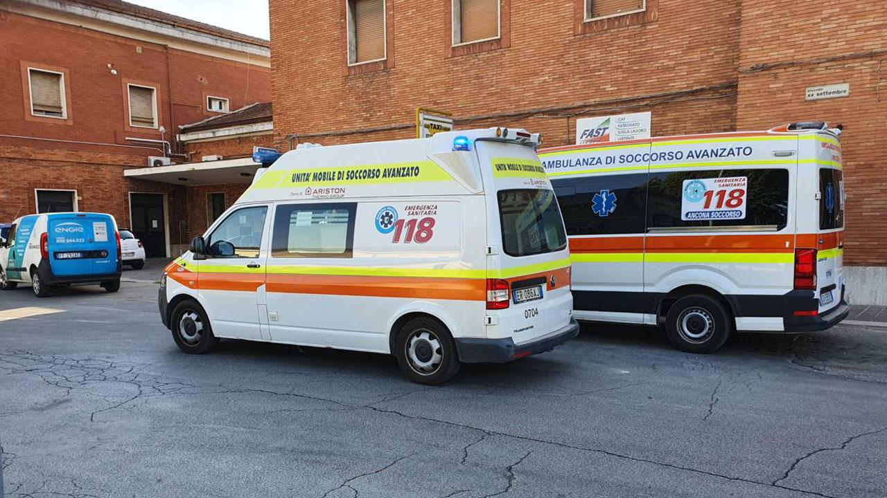 Ambulanze davanti alla stazione di Fabriano