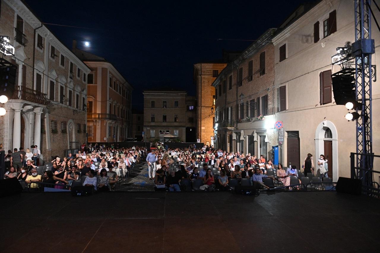 Un evento serale in piazza Dante a Osimo
