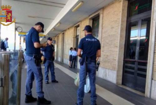San Benedetto, 46enne accusa un malore in stazione e viene soccorso: ma la Polfer lo arresta