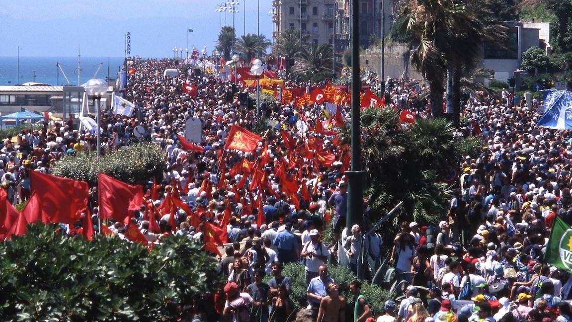 Corso Italia, manifestazione del 21 luglio 2001 per il G8 di Genova, autore: Michele Ferraris, licenza Creative Commons