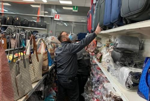 Civitanova, occhiali contraffatti e bigiotteria pericolosa: sequestrati quasi 3mila articoli