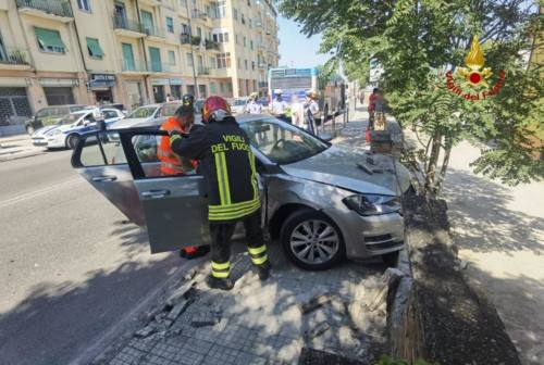 Ancona, scontro fra bus e auto: anziana finisce in ospedale