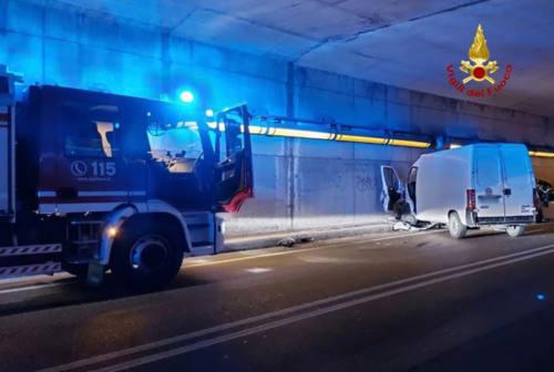 Ancona: frontale sulla Flaminia, tre feriti