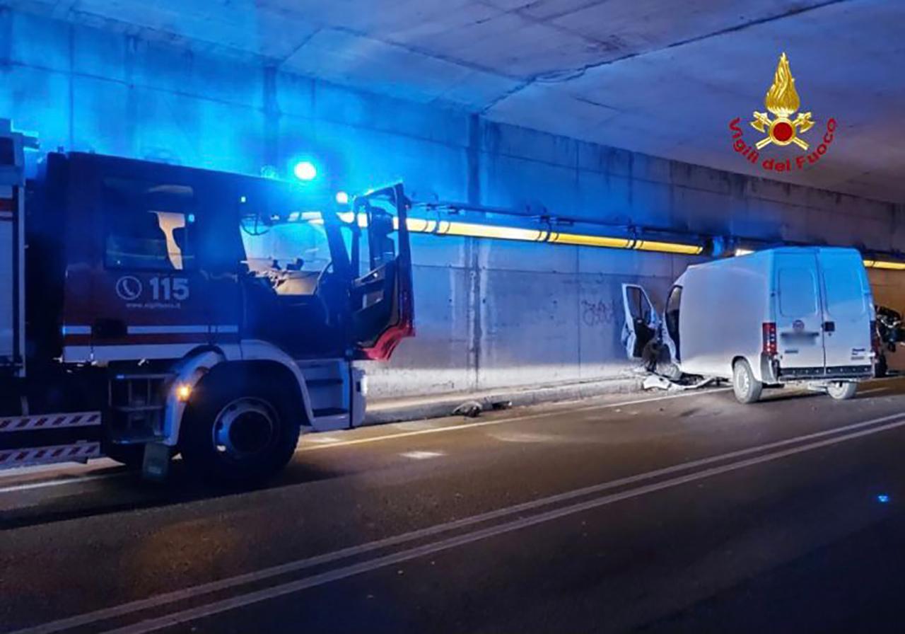 L'intervento dei vigili del fuoco di Ancona sul luogo dell'incidente