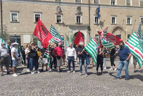 Macerata, i lavoratori della ex Nazareno Gabrielli in piazza: «Vogliamo certezze sulla ripartenza»