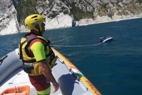Conero, gruppo di argentini naufraghi: tratte in salvo 9 persone, tra loro un bambino di 1 anno