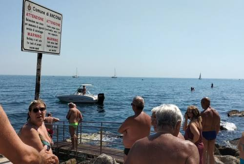 Ancona, Passetto: barca a motore si avvicina pericolosamente ai bagnanti. Rissa sfiorata