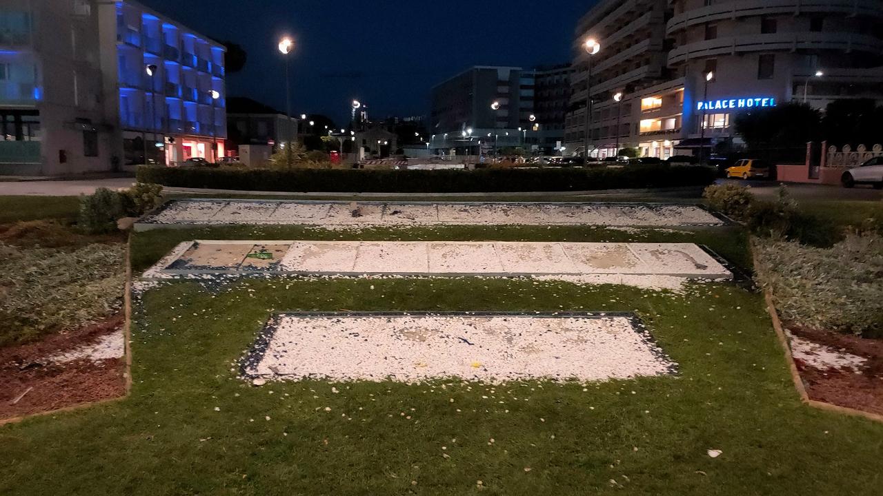L'aiuola di piazzale della Libertà devastata dopo i festeggiamenti per la vittoria agli europei