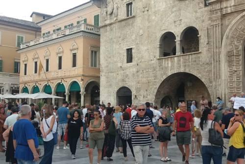 Ascoli, un centinaio di persone protestano in piazza contro il Green Pass obbligatorio