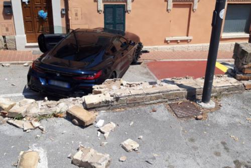Mette la retro, anzi la prima: l'auto sfonda il muro del parcheggio e vola sulla strada