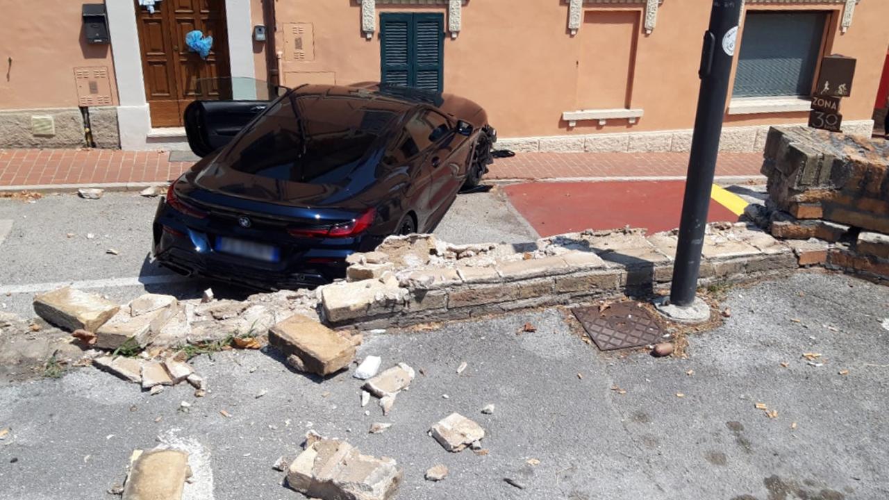 Incidente a Corinaldo: auto sfonda il muro del parcheggio e vola sulla strada sottostante