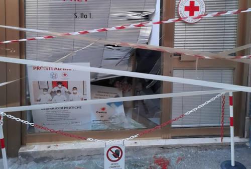 Jesi: vandali devastano la vetrina della Croce Rossa in via Cavour