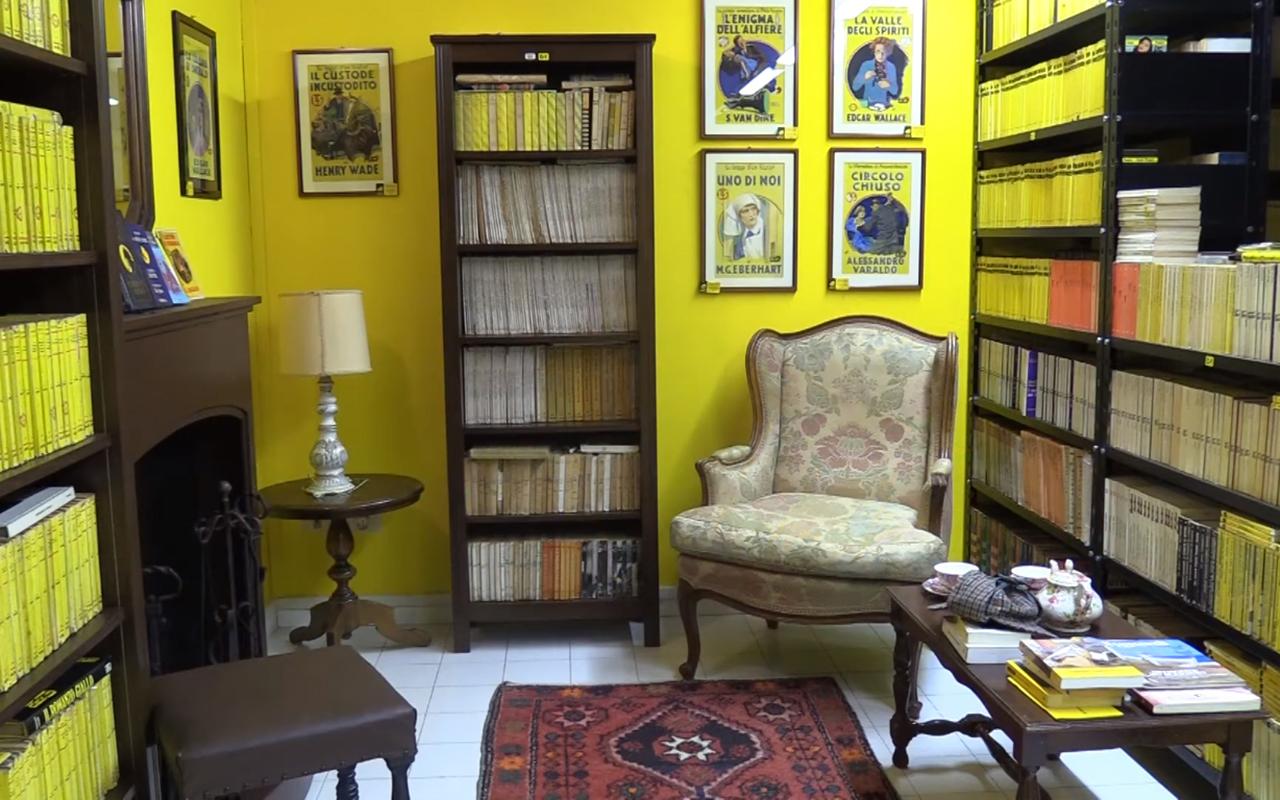 La camera gialla della fondazione Rosellini per la letteratura popolare, a Senigallia