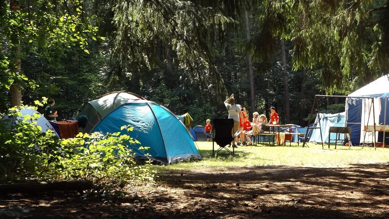 Camping e campeggi all'aria aperta, en plein air, bosco, foresta, vacanze low cost