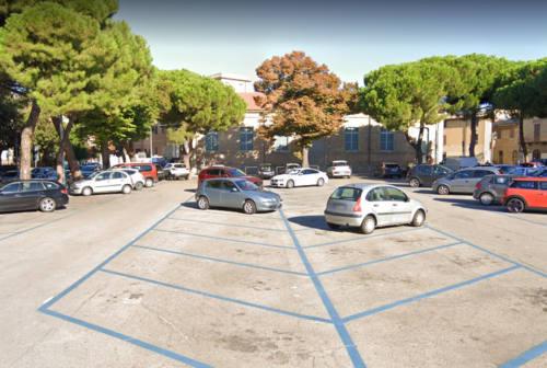 Pesaro, schiaffeggia l'ex in piazzale Carducci e scoppia la rissa: tre denunce
