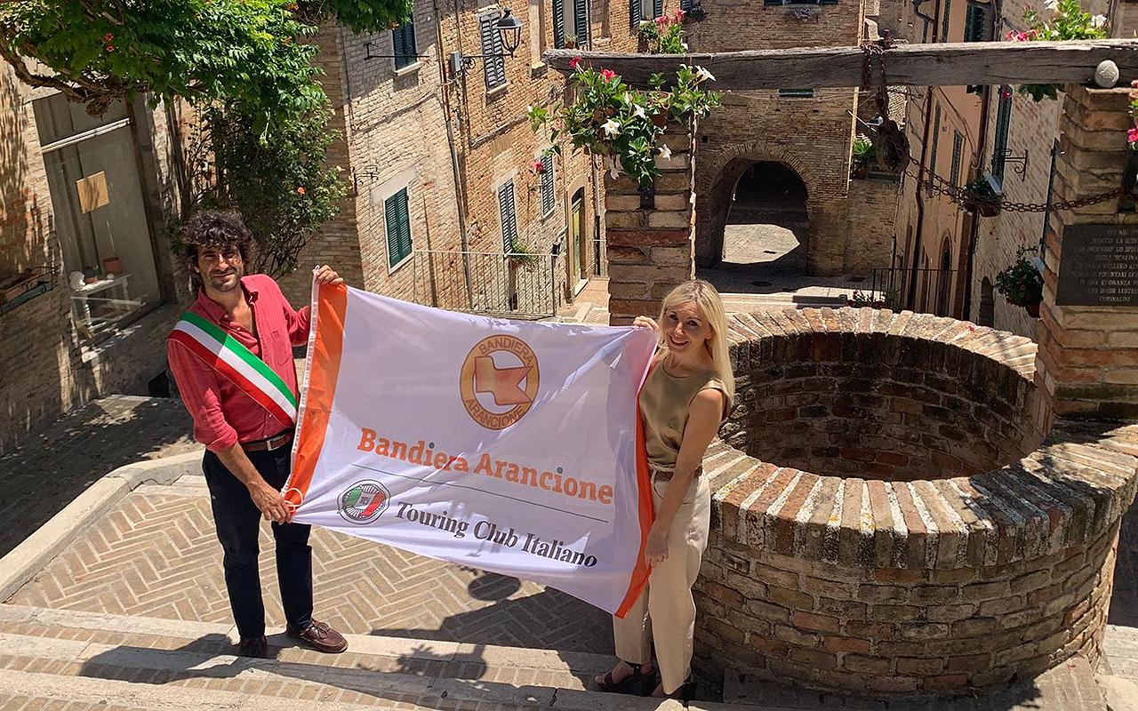 Il sindaco di Corinaldo Matteo Principi e l'assessore al turismo Giorgia Fabri con la bandiera arancione del touring club italiano assegnata nuovamente al borgo gorettiano