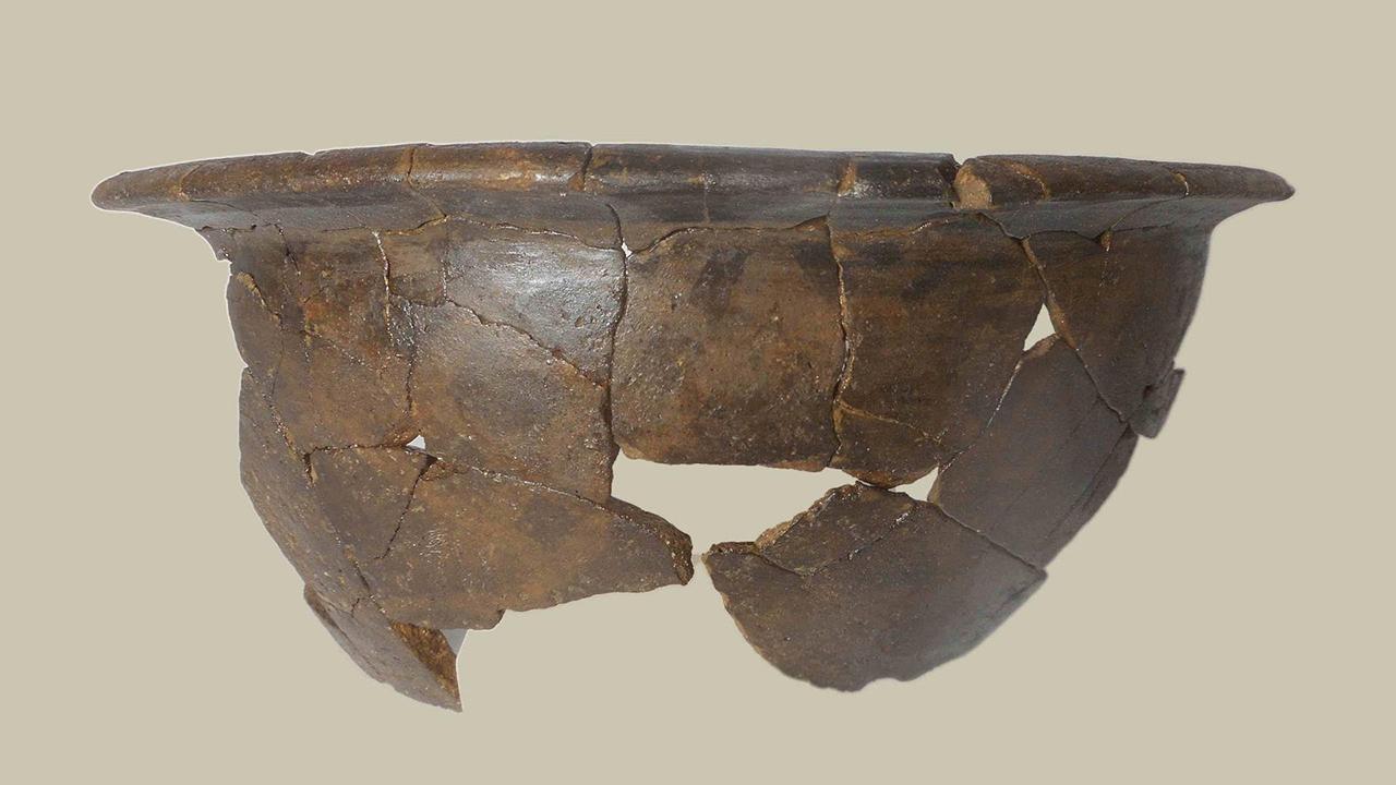 """Dagli scavi archeologici è stato rinvenuto anche un bacile in ceramica di impasto, corredo della cosiddetta """"Tomba del Principe di Corinaldo"""""""