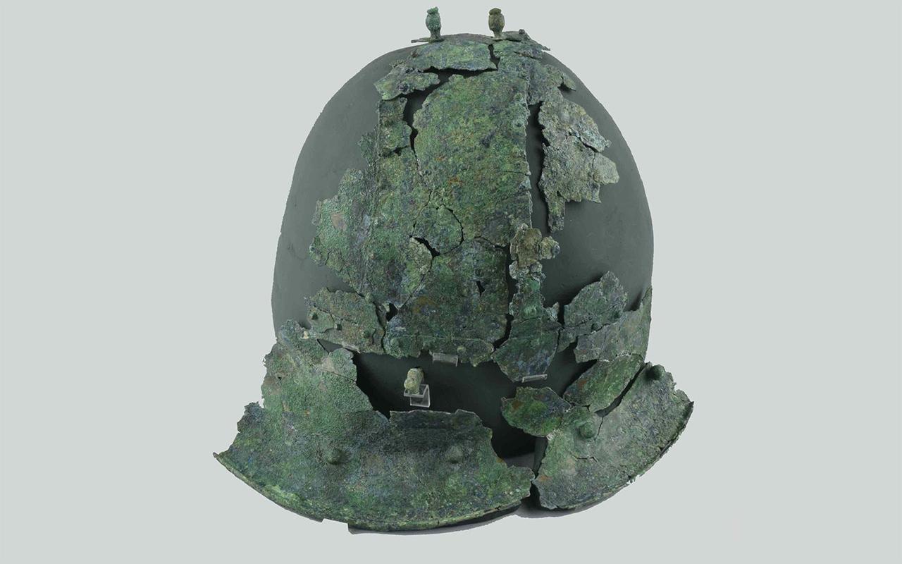 """Dagli scavi archeologici è stato rinvenuto anche un elmo a calotta composita in bronzo, corredo della cosiddetta """"Tomba del Principe di Corinaldo"""""""