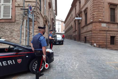 Macerata, calci e pugni ai Carabinieri: denunciato un minorenne. Aveva litigato con la fidanzata