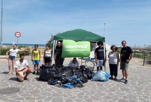 Pesaro, i volontari hanno pulito la spiaggia di Baia Flaminia da plastica e rifiuti