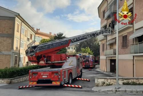 Paura a Collemarino, appartamento in fiamme