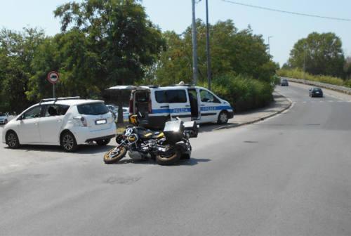 Cerca il parcheggio e impatta contro una moto, centauro all'ospedale di Senigallia