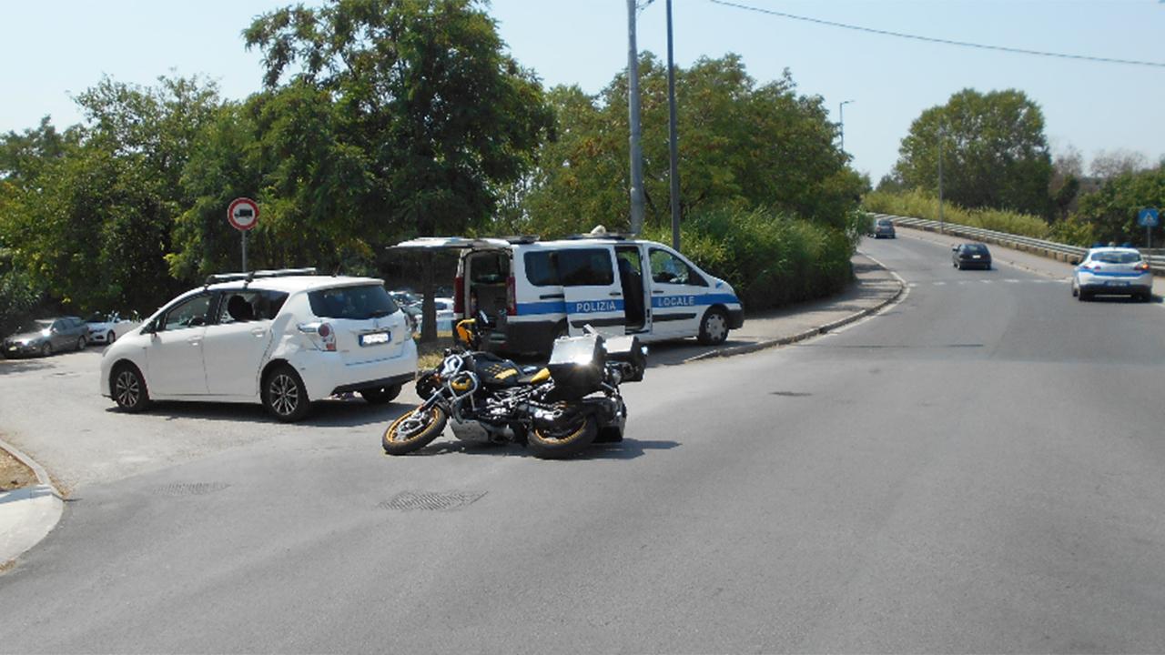 Auto impatta contro una moto, centauro all'ospedale di Senigallia dopo un incidente su ponte Portone