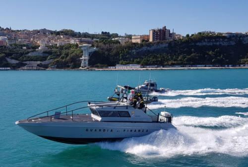 Senigallia, imbarcazione ribaltata soccorsa in mare dalla motovedetta della Guardia di Finanza