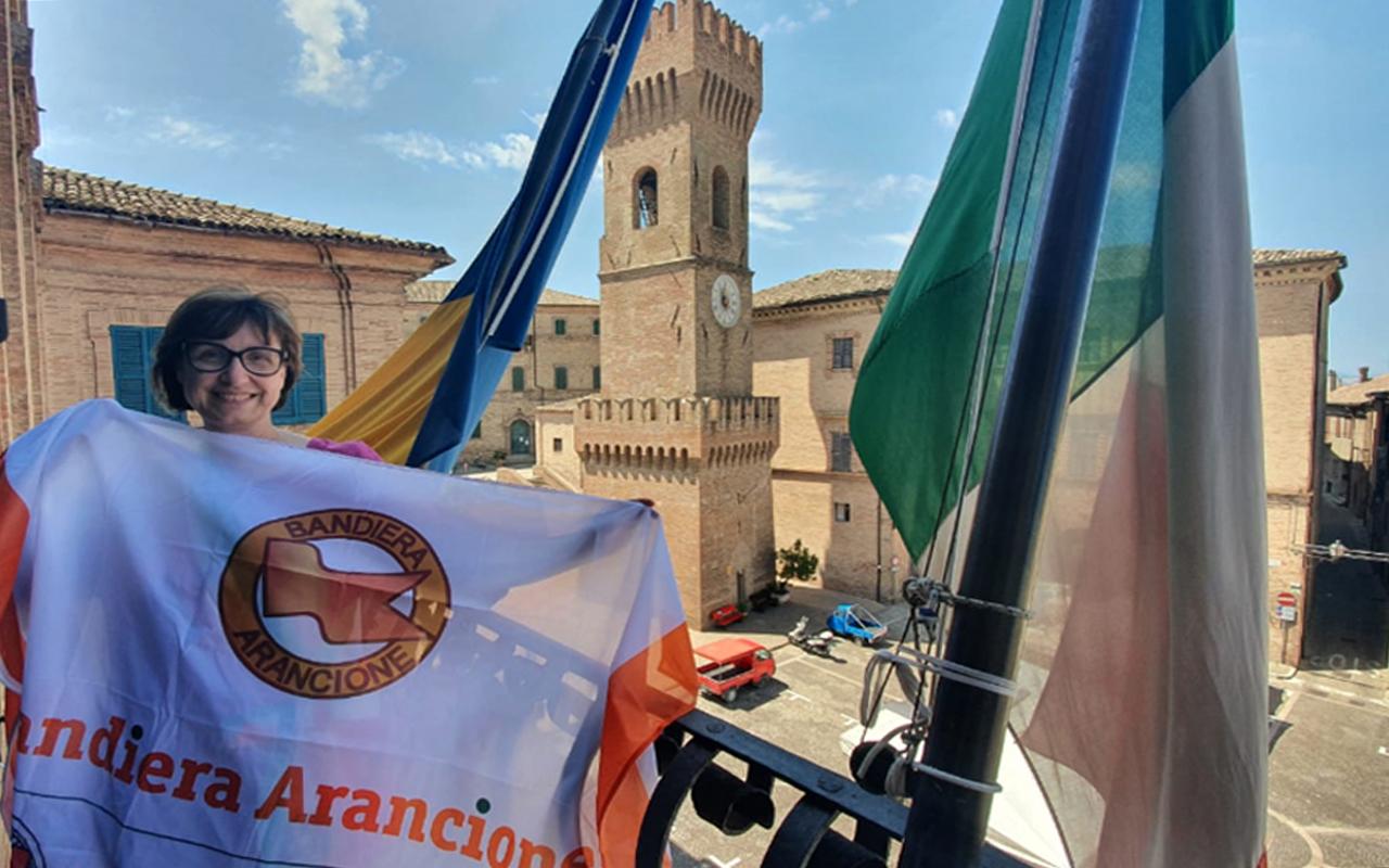 La sindaca di Ostra Federica Fanesi con la bandiera arancione 2021/2023 del Touring Club Italiano