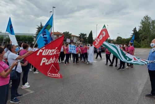 Jesi, presidio dei lavoratori Kos Care: striscioni e proteste per la dignità del lavoro