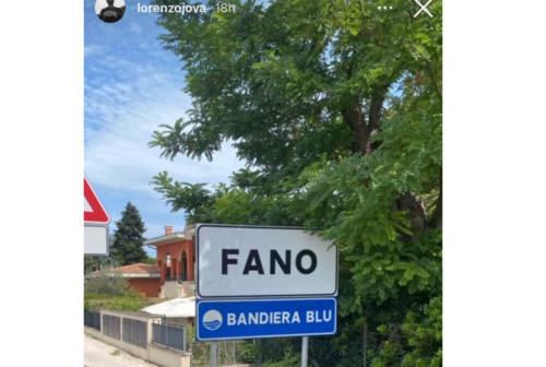 Jovanotti in visita in bici al Furlo e a Fano. Lucarelli: «Felici che abbia apprezzato la nostra città» – FOTO