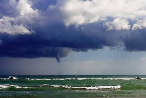 Tromba marina avvistata tra Mondolfo e Fano: l'evento ripreso dai bagnanti – VIDEO