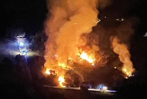 Ancona: scoppia un incendio ai bordi dell'autostrada, casolare in fiamme