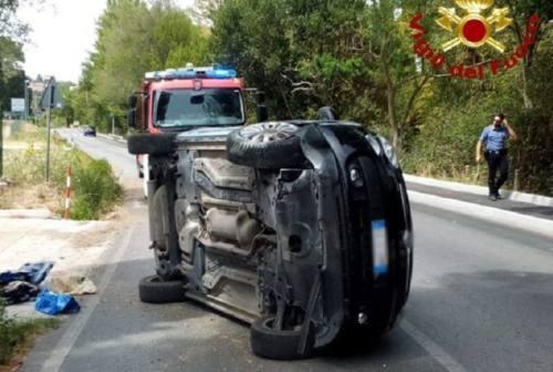 Osimo, auto si ribalta lungo la Flaminia: donna bloccata in auto