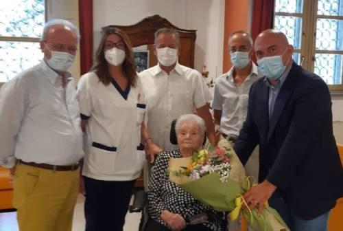 Grande festa per i 106 anni di nonna Maria che ha vinto la battaglia contro il Covid