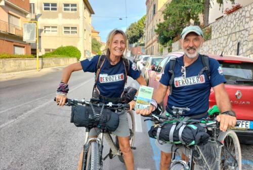 Un tuffo nell'Adriatico e uno nel Tirreno: «Dalle Marche alla Toscana pedalando per l'Italia»