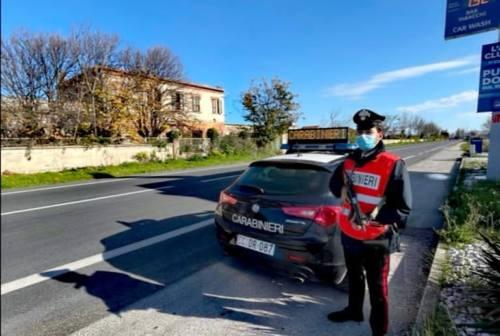 Entra nel bar senza mascherina e reagisce a un poliziotto, 50enne denunciato dai carabinieri