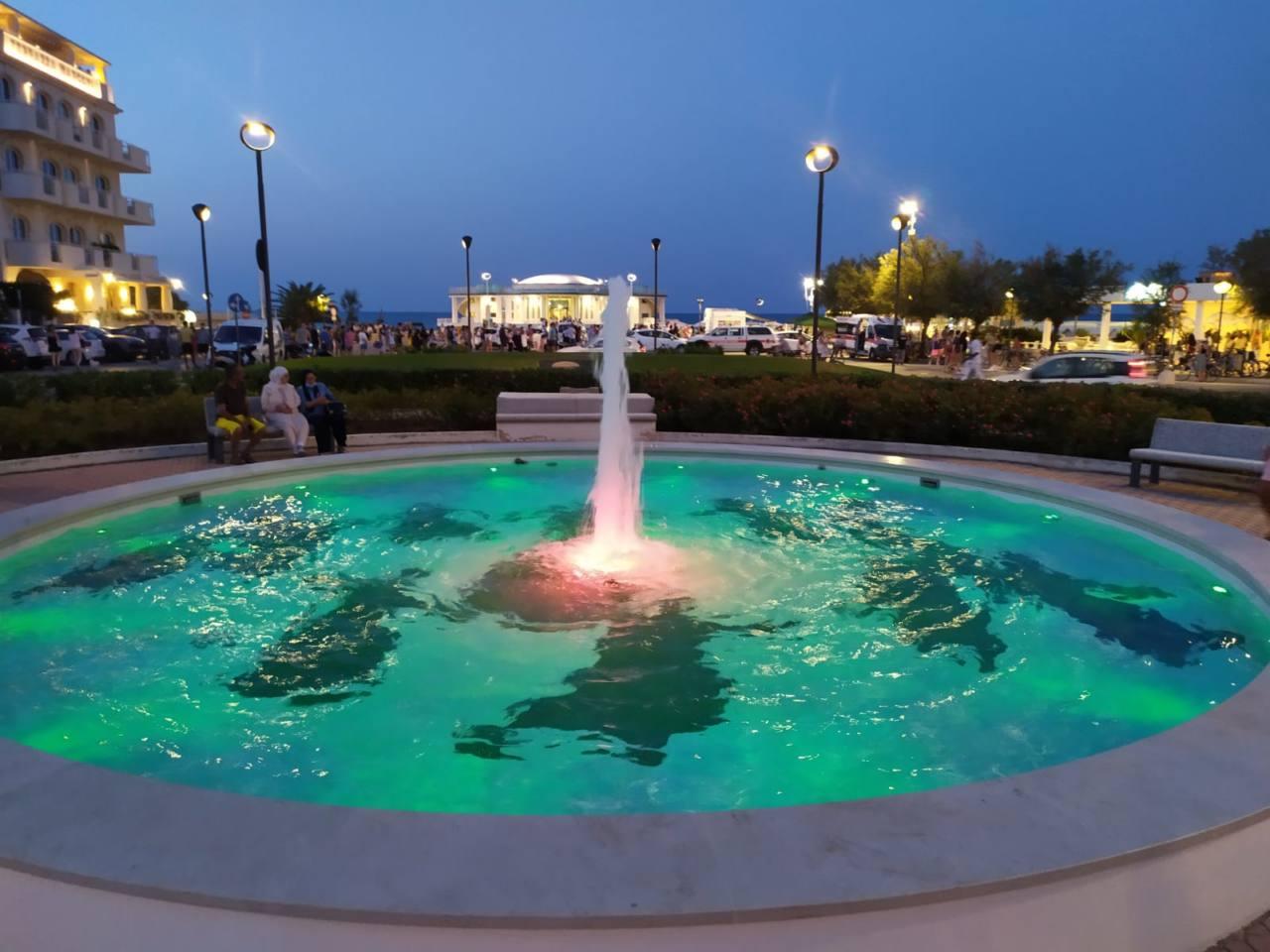 In piazzale della Libertà a Senigallia è terminato il restyling della fontana davanti la rotonda a mare, con il mosaico che riprende una famosa foto di Mario Giacomelli